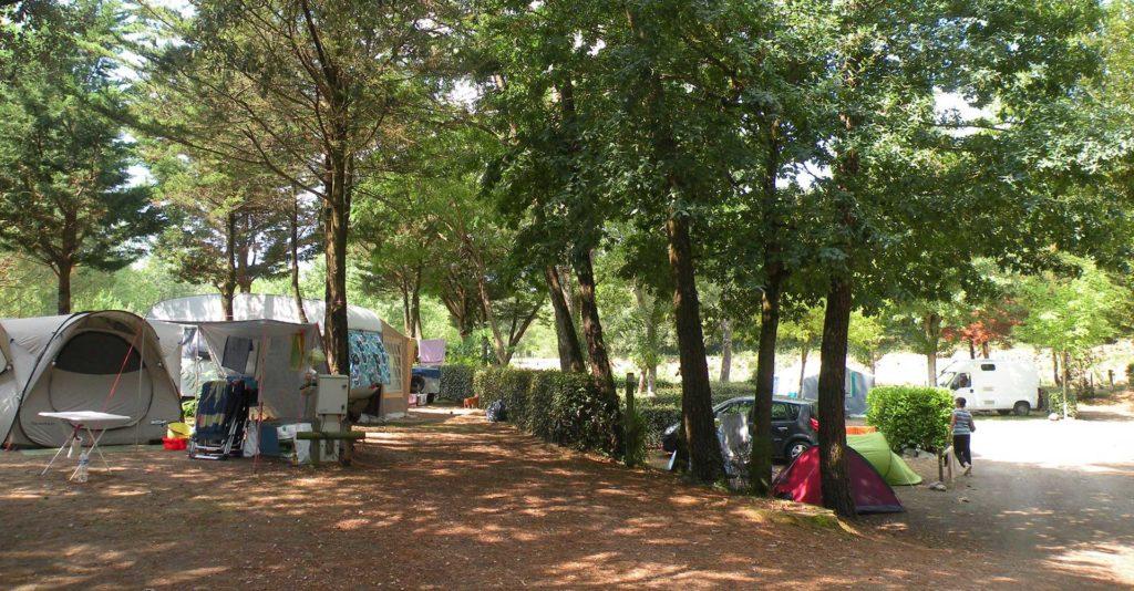 Camping avec emplacements pour tentes et caravanes